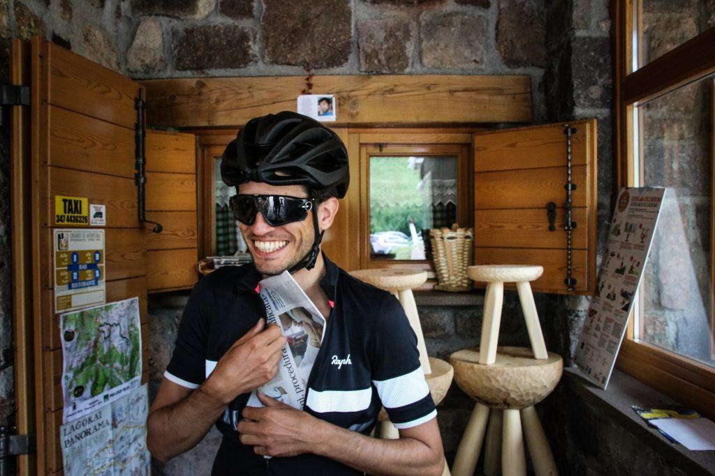 Krant fietsen voor afdalen